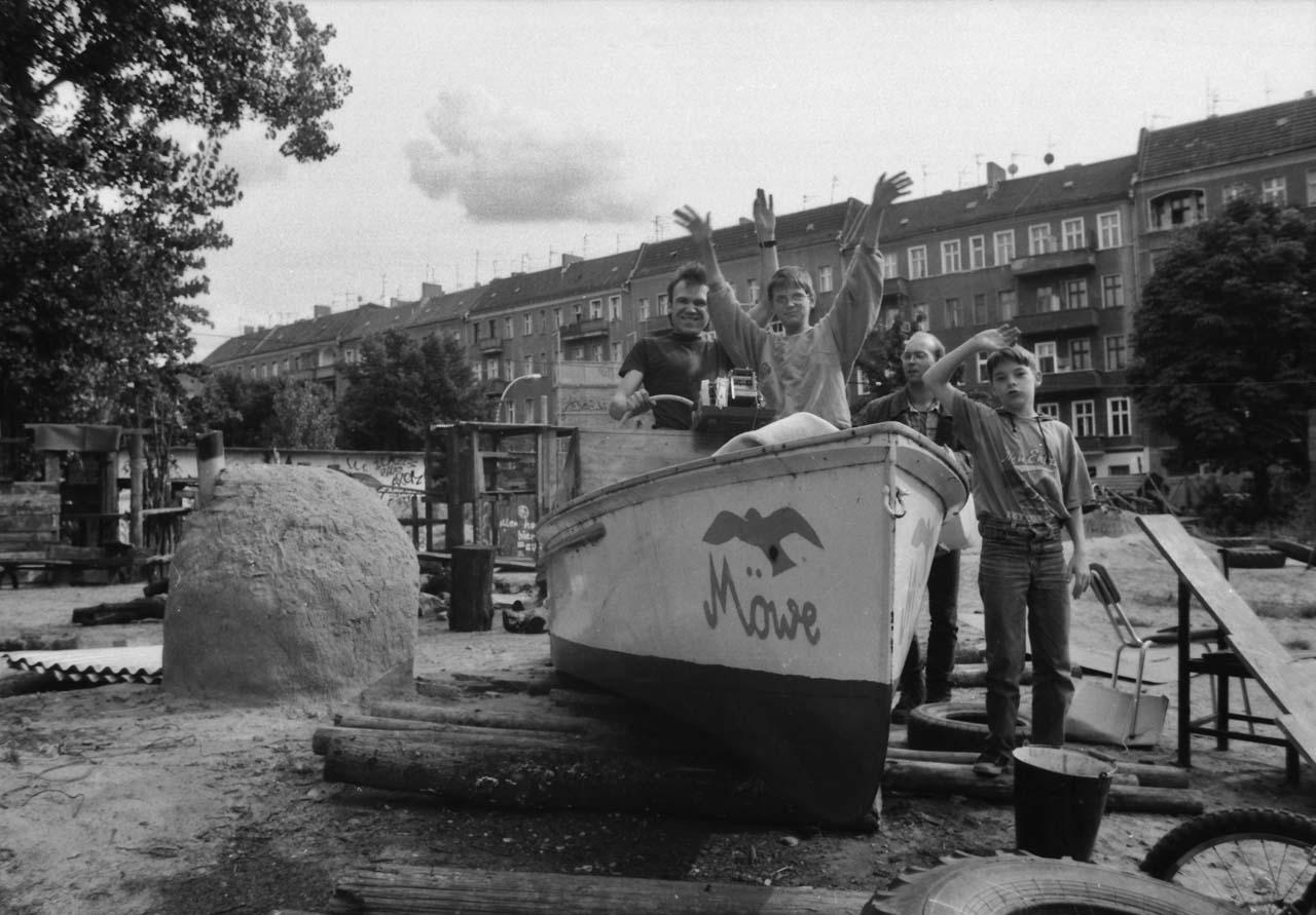 Verdrängter Freiraum 2 Der Abenteuerspielplatz an der Ecke Kreutziger-, Boxhagener Straße war ein Projekt nicht nur von Besetzern der Kreutziger Straße. Obwohl gut angenommen, wurde er 1995 geräumt. Foto: Marco Krojač