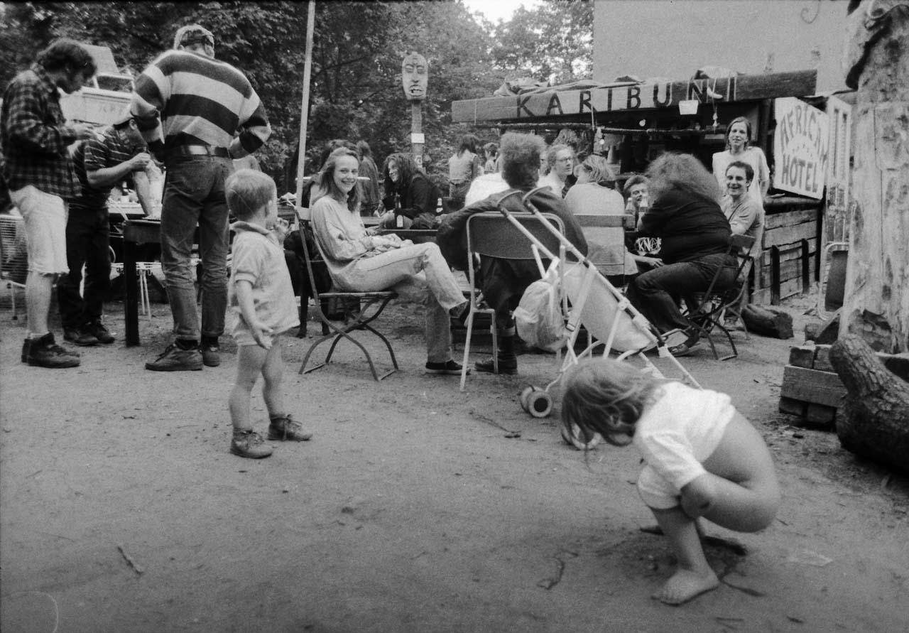 Verdrängter Freiraum 1 Die KARIBUNI-Bar auf einem inzwischen bebauten Grundstück in der Kreutziger Straße war ein beliebter Anlaufpunkt vieler Besetzer und ihrer Freunde. 1994 Foto: Marco Krojač