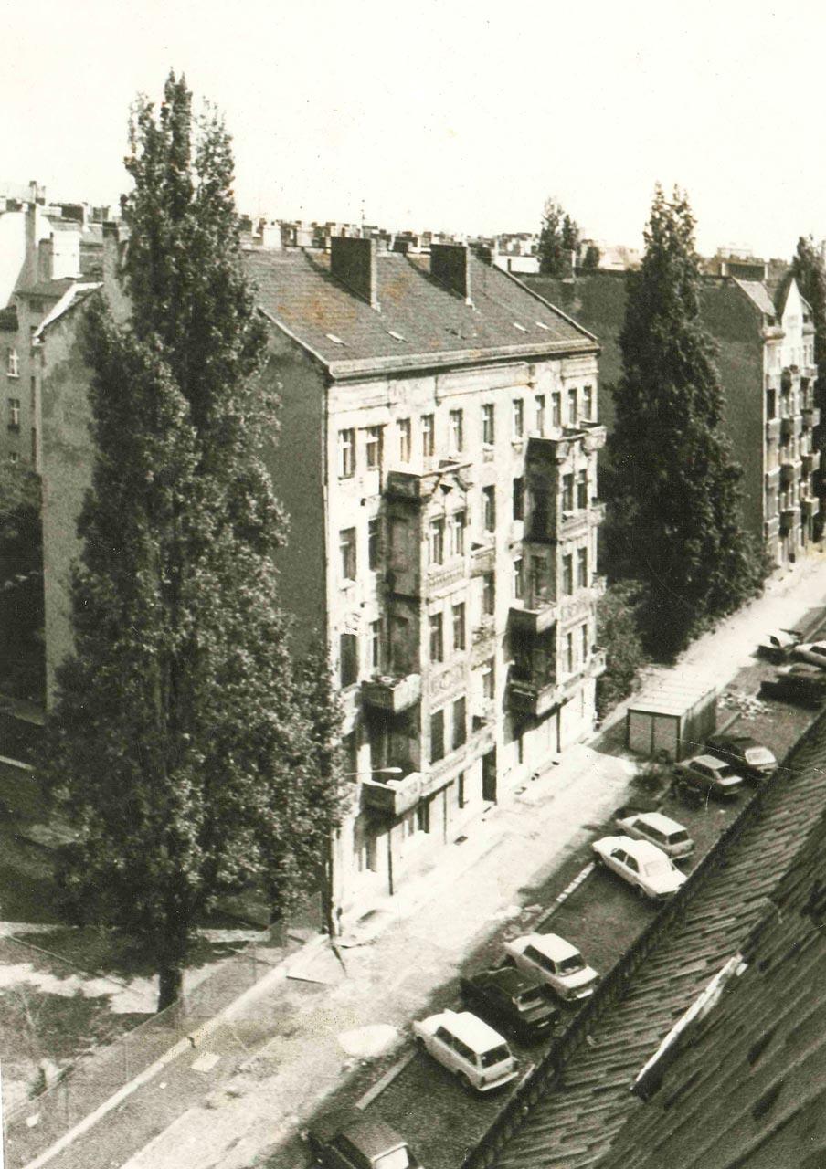 Besetztes Haus in der Schreinerstrasse 47, 1990. Wenig Autos - keine Bäume Die Straßen sahen 1990 noch ganz anders aus. Zur Sonnenseite stand das Haus damals schon. Foto: privat