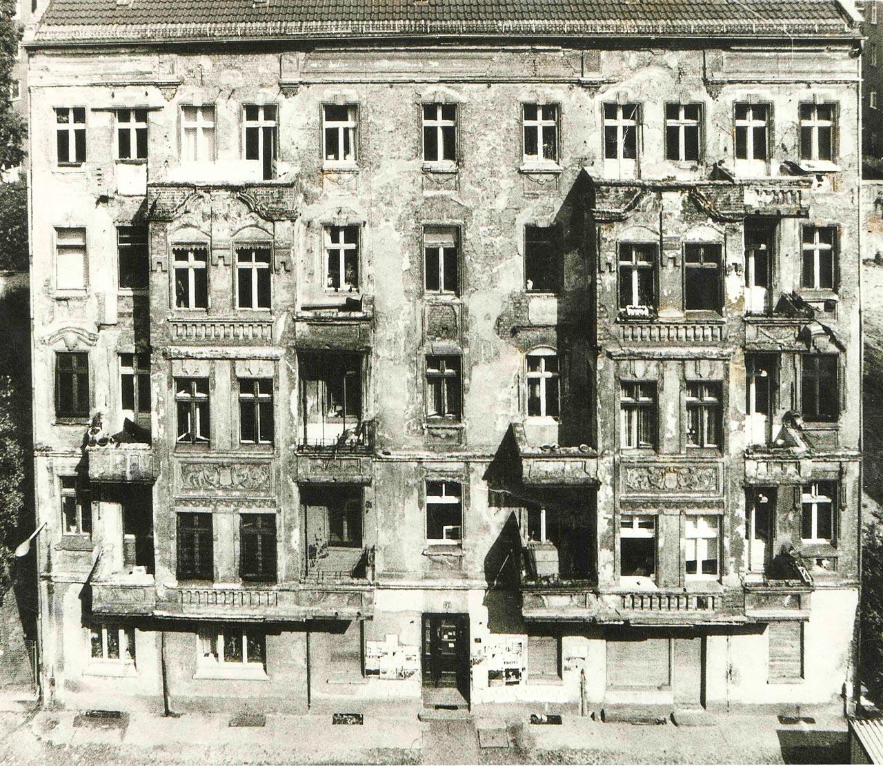 Besetztes Haus in der Schreinerstrasse 47, 1990. Bröckelige Fassade und abgebrochene Balkone. Das Schreinercafé gab es damals noch nicht. Foto: privat