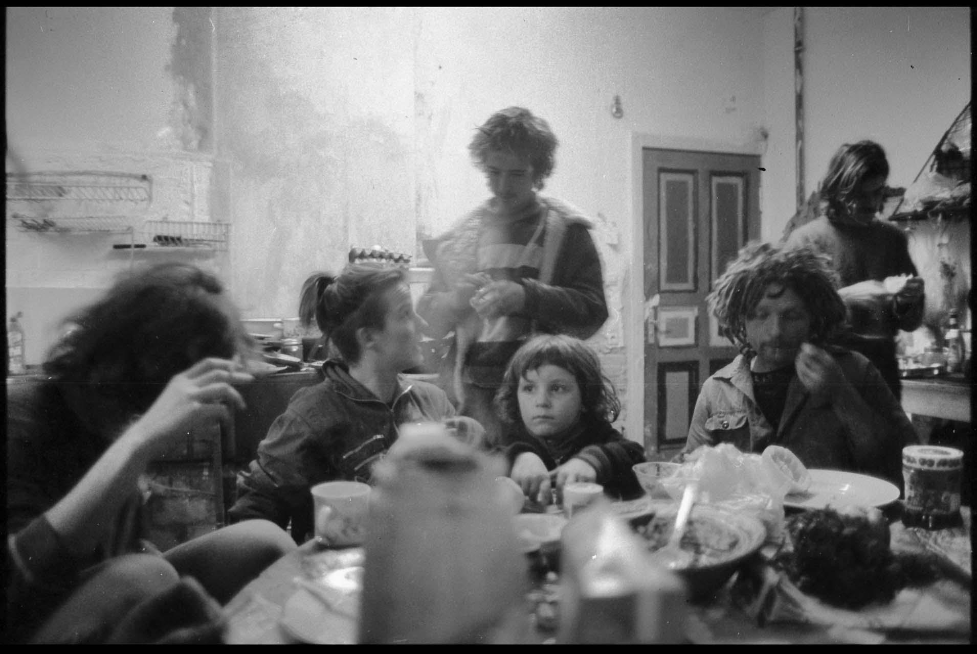 Kommunikation, Essen, Trinken, Abhängen, Pläne schmieden, Streiten, Lachen ... Jessner Straße, 1993. Foto: Marco Krojač