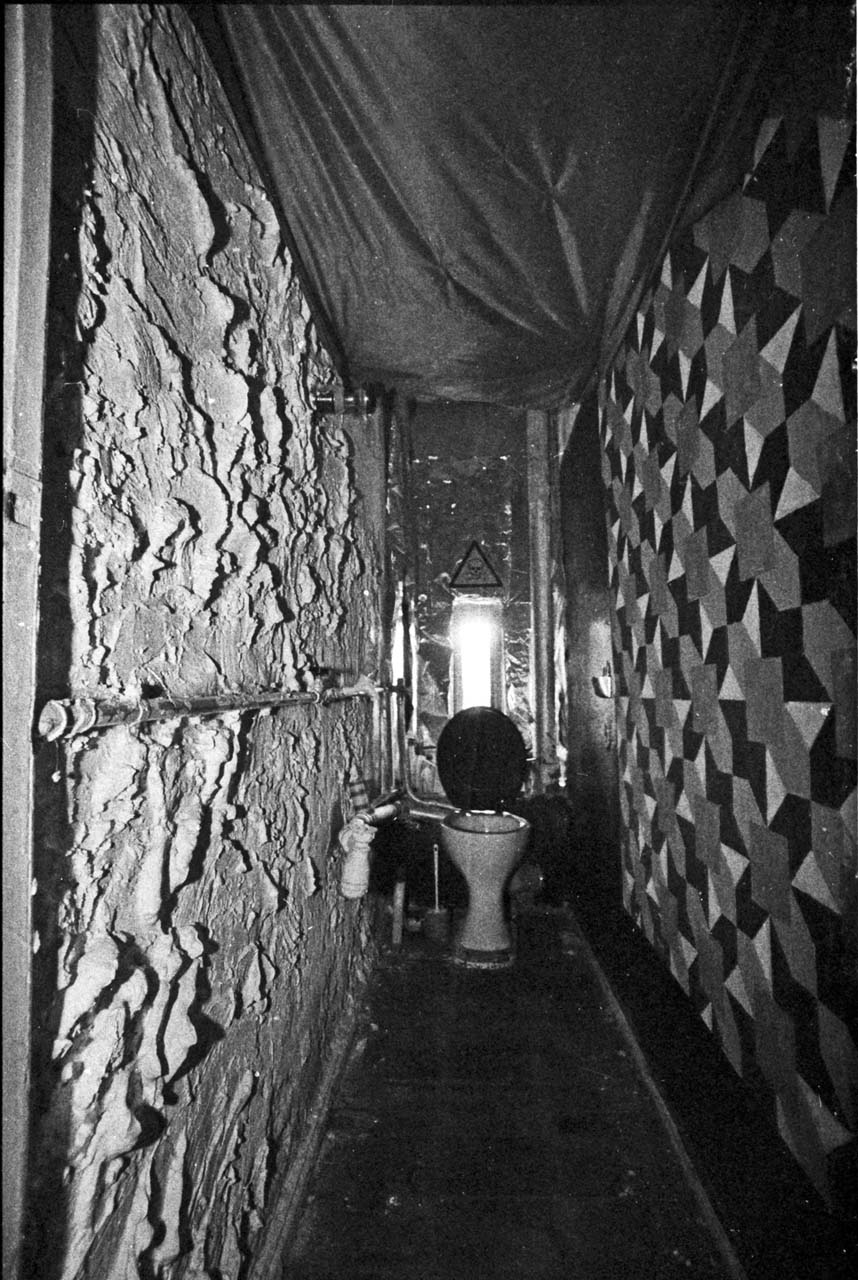 In Hausprojekten Mitunter mit größter Sorgfalt gestylt: das Gemeinschaftsklo. Rigaer Straße 80, 1991. Foto: Marco Krojač