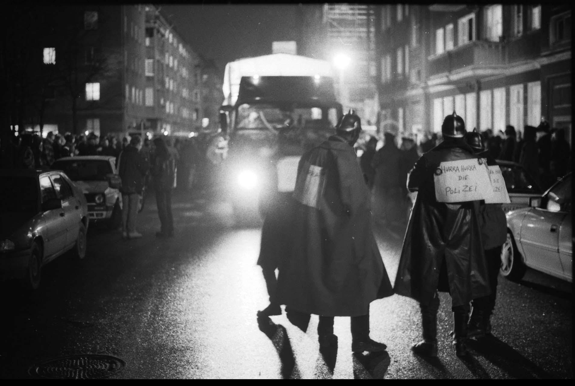 Demo gegen die Häuserräumingspolitik Schönbohms des Innensenators, 1996 Als Innensenator wegen seines Auftretens und wegen seiner mitunter unreflektierten politischen Äußerungen nicht nur gegenüber Migrant*innen und seiner Blindheit gegen über Rechtsradikalen in Kritik geraten, betonte er 1998 bei der Ankündigung seines Weggangs aus Berlin: