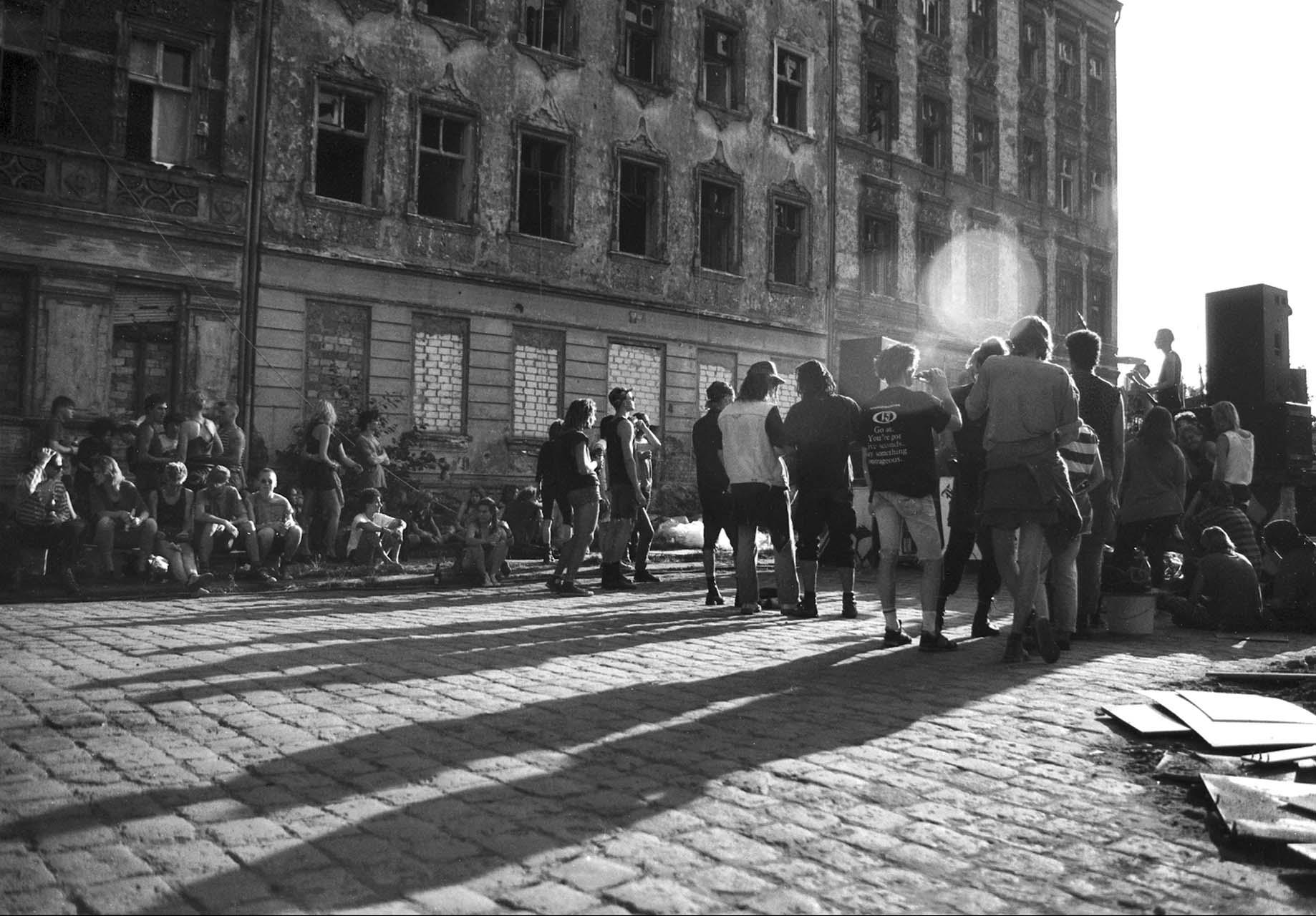 Straßenfest in der Pfarrstraße 1992. Trotz des gravierenden Leerstands wurden Neubsetzungen sofort geräumt. Foto: Marco Krojač